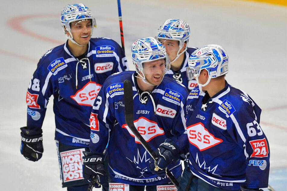 Hier gratuliert David Suvanto (2.v.l.) noch David Rundqvist (r.) zum 2:3. Im Schlussdrittel fehlte der Schwede verletzt.