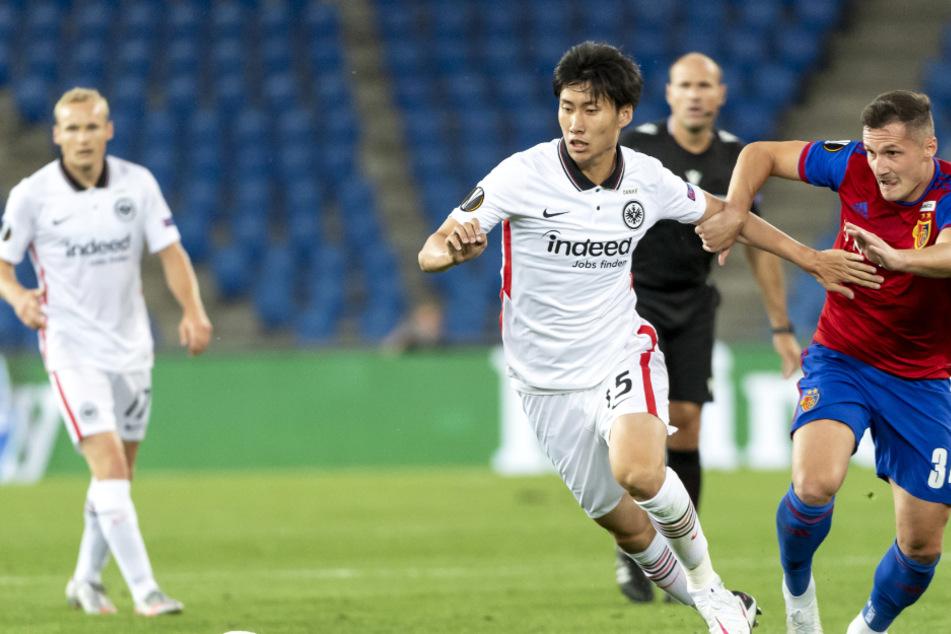 Basels Taulant Xhaka (r.) und Frankfurts Daichi Kamada kämpfen um den Ball.