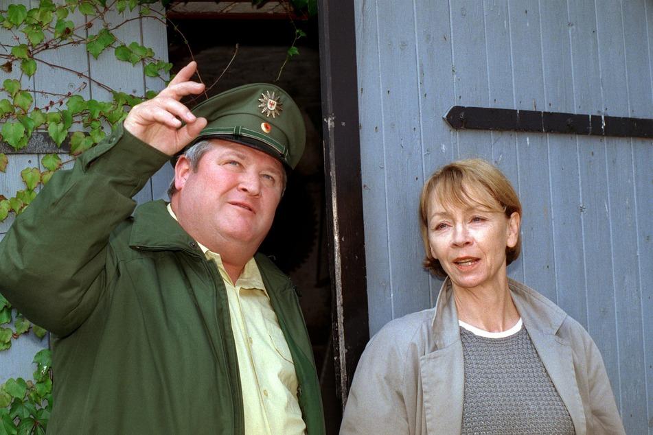 """1998 in Brandenburg: Dorfpolizist Horst Krause (79) und Ermittlerin Jutta Hoffmann (80) bei Dreharbeiten für die rbb-TV-Krimireihe """"Polizeiruf 110""""."""