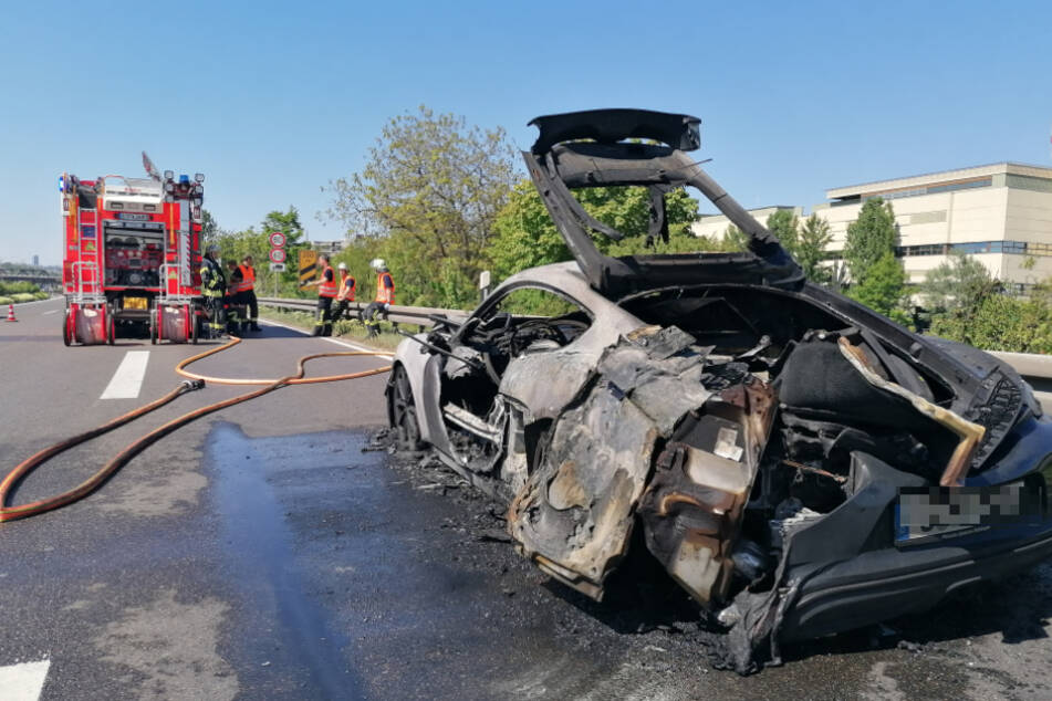 Der 27-jährige Fahrer konnte sich noch rechtzeitig aus seinem Wagen retten.