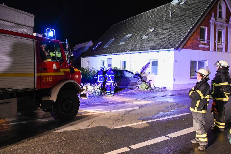 Das Auto krachte in der Nacht gegen die Wand des Hauses in Hamburg-Moorburg.