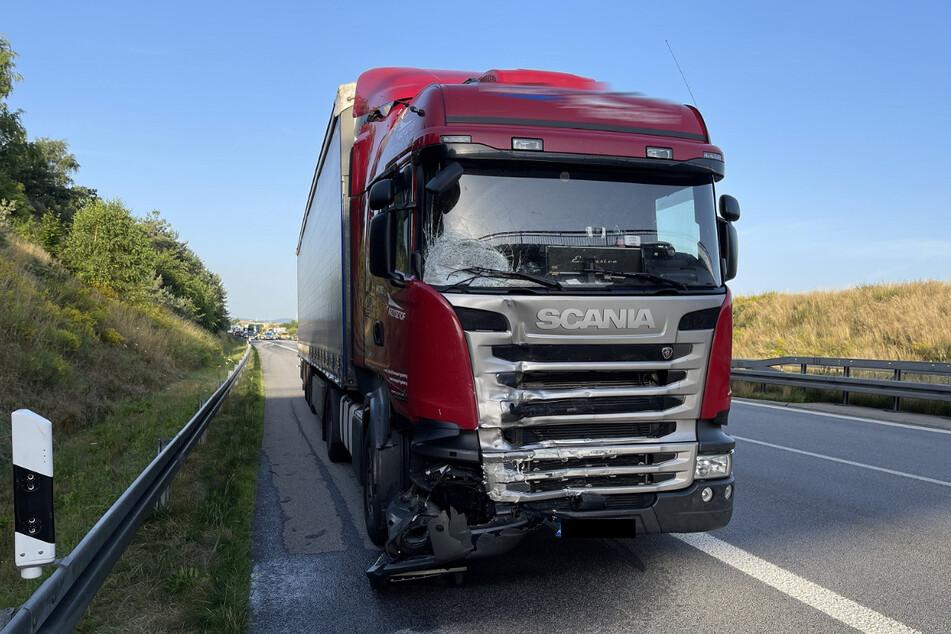 Der Unglücks-Lkw krachte offenbar wegen schlechter Sicht durch die tief stehende Morgensonne und zu hoher Geschwindigkeit in das zuvor verunglückte Auto.