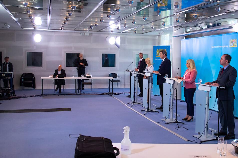 Auf der Pressekonferenz nach einer Sitzung des bayerischen Kabinetts war Abstand geboten.