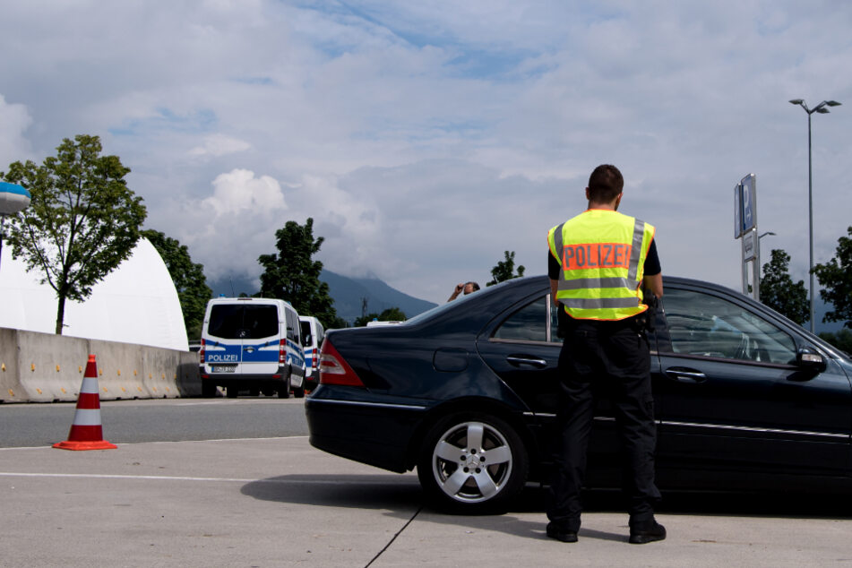 Autofahrer flieht mit knapp 250 km/h vor Polizei