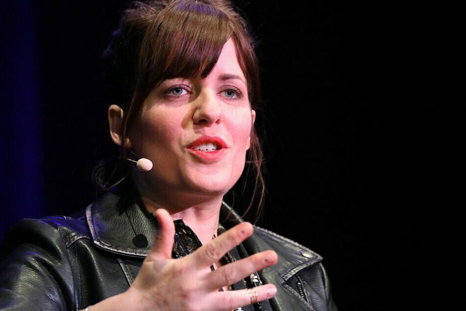Die Autorin Sarah Kuttner (41) spricht bei einer Lesung.