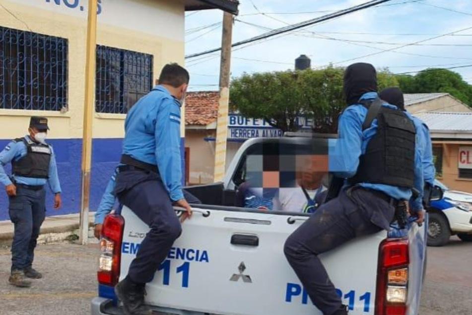 Beamte der Nationalpolizei nehmen mehrere Tatverdächtigen fest.