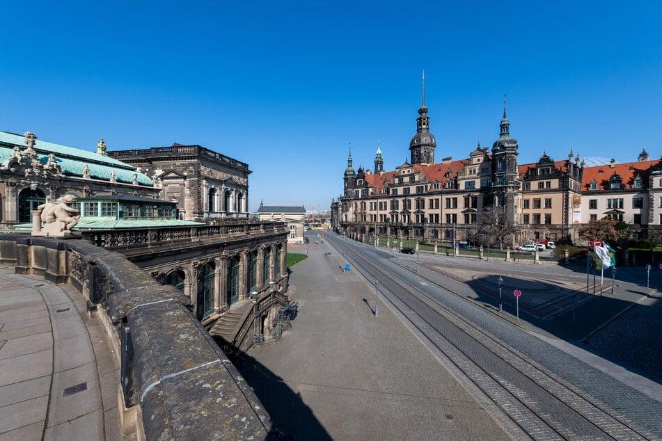 Menschenleer sind die Straßen vor dem Residenzschloss mit dem Hausmannsturm in Dresden.