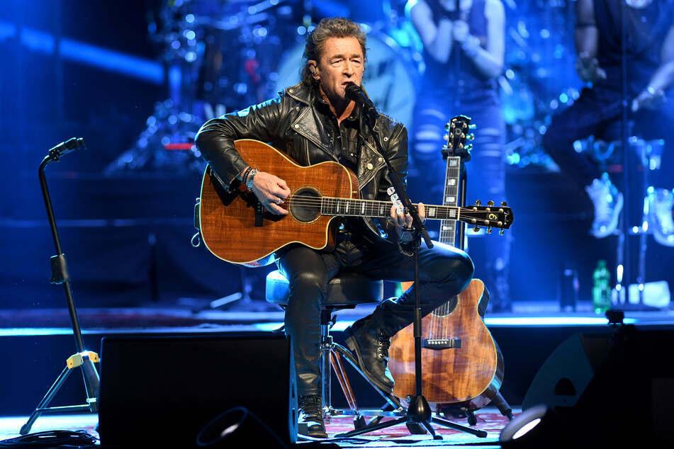 Rock-Legende Peter Maffay greift wieder für Bühnenshows zur Gitarre. (Archivbild)