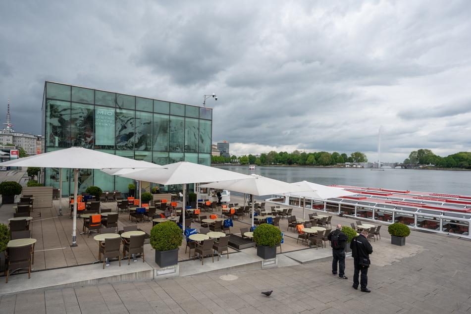 Nahezu verweist sind die Plätze vom Café Mio an der Binnenalster.