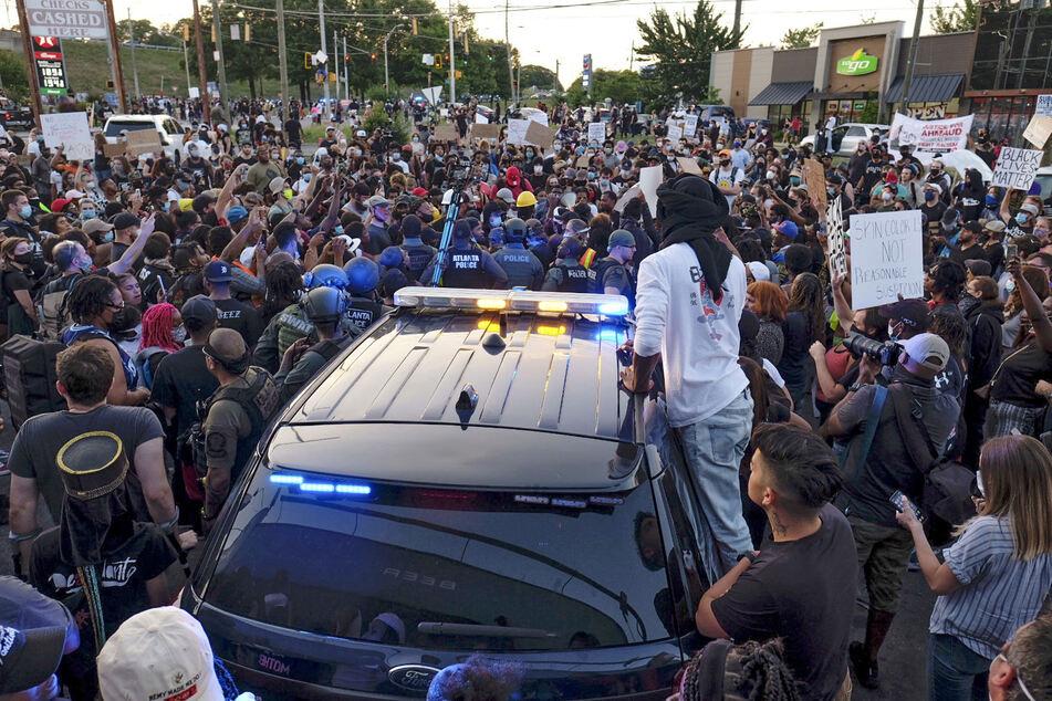 Die Polizei versucht eine Demonstration unter Kontrolle zu bringen.