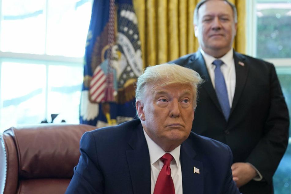 US-Präsident Trump (74) nimmt Russland in Schutz. Sein Außenminister Mike Pompeo (56, r) hatte Moskau für eine große Cyberattacke auf die US-Regierung verantwortlich gemacht.