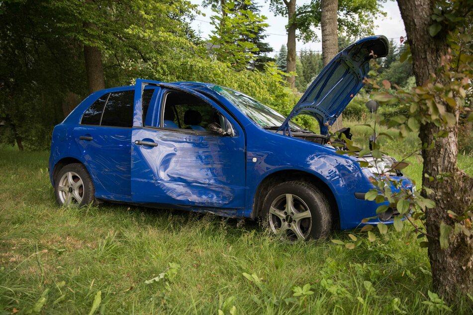 VW-Fahrerin (20) kommt von Straße ab und kracht gegen Baum