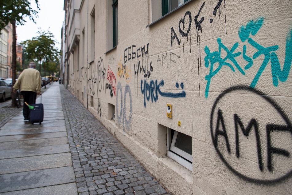 """Auch in Dresden """"zieren"""" unliebsame Schriftzüge die Häuserwände."""