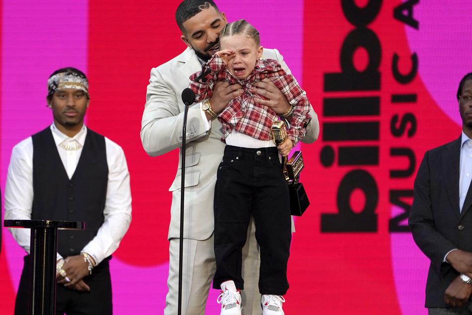 Sohn Adonis (3) rührte Drakes Auszeichnung zu Tränen.