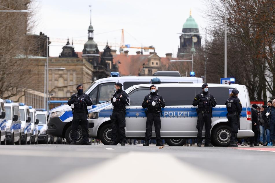 """Polizisten stehen während einer Kundgebung der """"Querdenken""""-Bewegung am Sächsischen Landtag."""