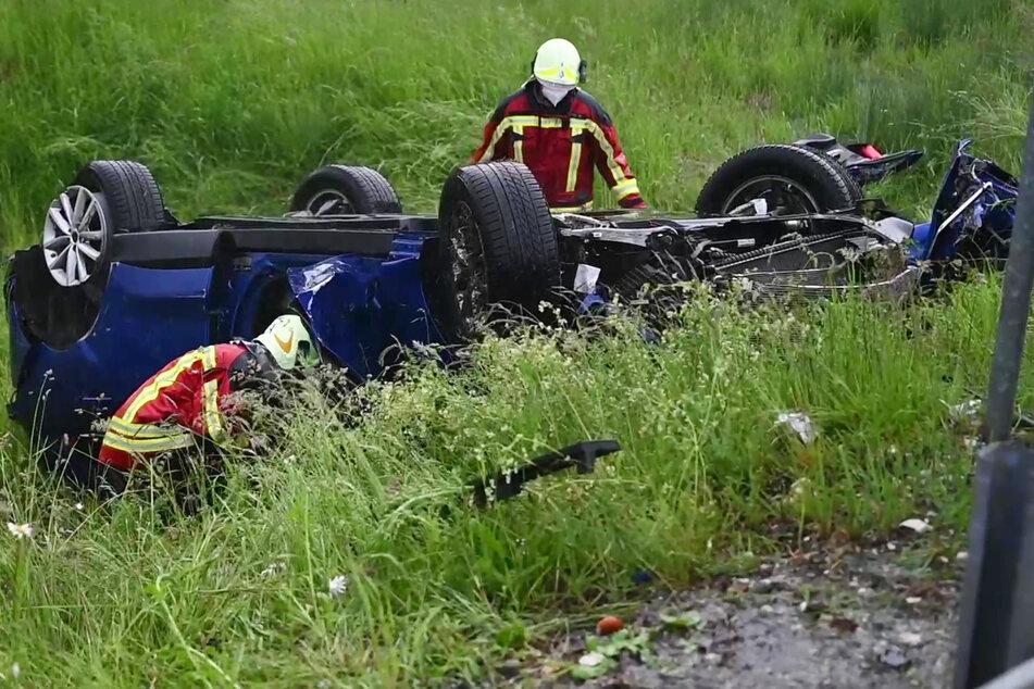 Bei anhaltendem, teils starkem Regen ist eine Familie mit ihrem Wagen ins Schleudern geraten und verunglückt.