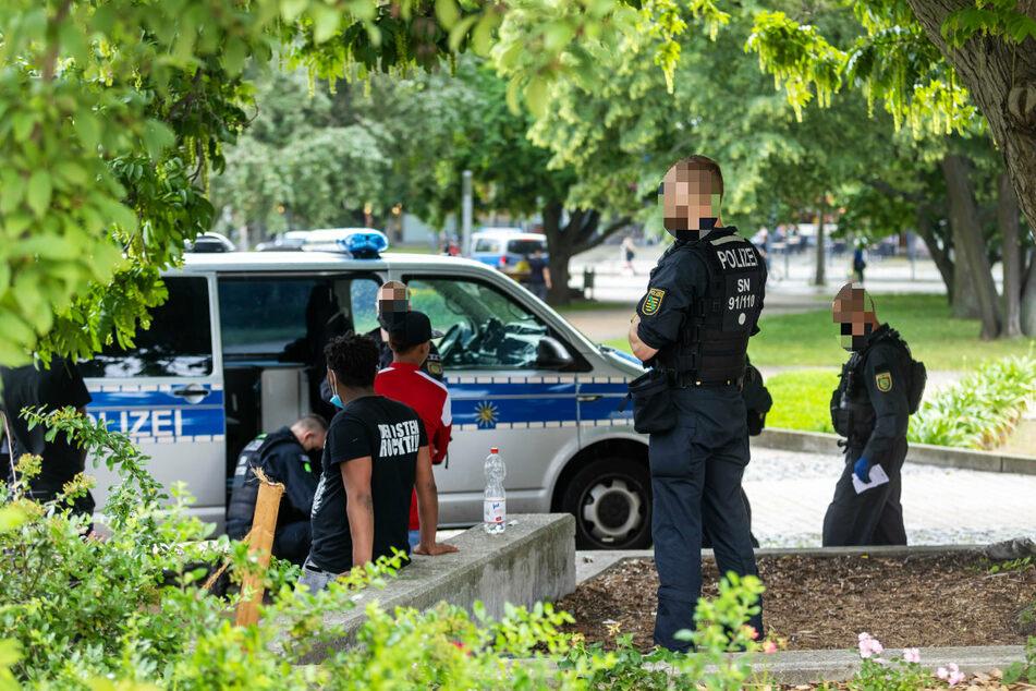 Polizeikontrolle im Stadthallenpark: Die CDU fordert eine Waffenverbotszone im Zentrum.