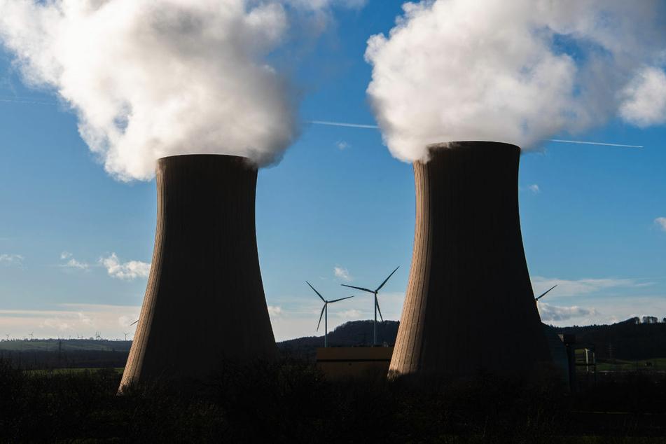 Dampf steigt aus den Kühltürmen des Atomkraftwerks Grohnde in Niedersachsen auf. Der Vorzeitige Atomausstieg führte zu einem jahrelangen Rechtsstreit zwischen den betroffenen Energiekonzernen und der Bundesregierung.