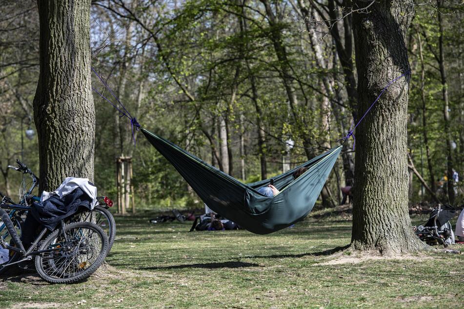 Menschen genießen am Ostersonntag das Wetter im Berliner Tiergarten.