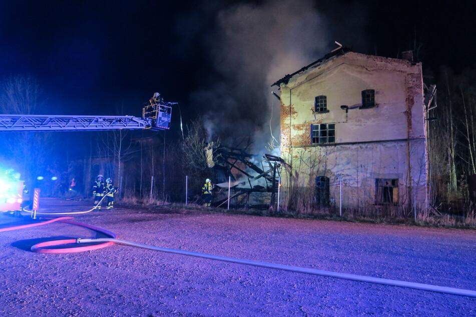 In der Bahnhofsstraße in Hohndorf brannte in der vergangenen Nacht ein Gebäude komplett ab.