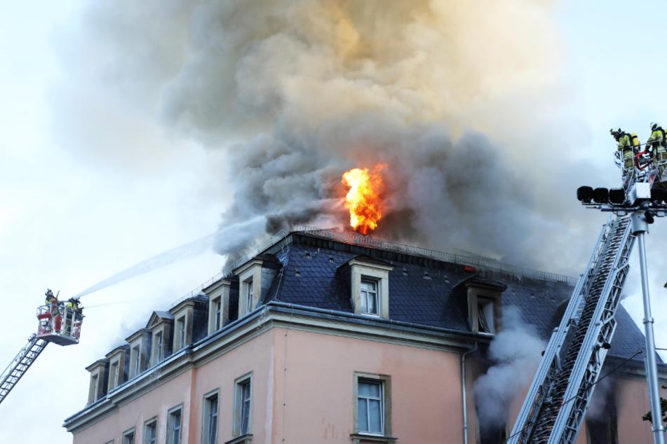 Flammen in Dresdner Wohnhaus! Mieter (33) springt aus Fenster