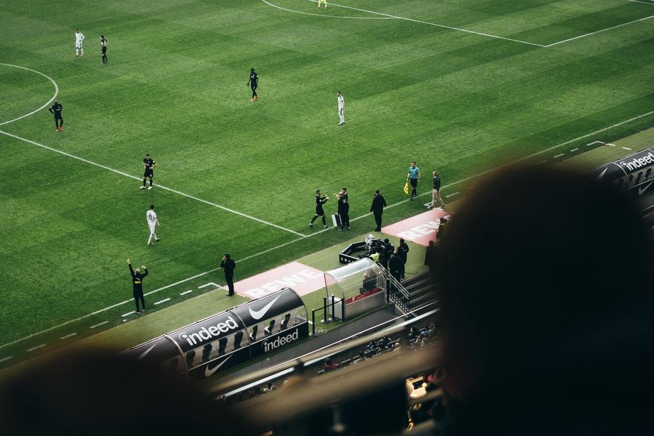 Fußballfeld in Frankfurt (Foto: Valentin B. Kremer, Unsplash)