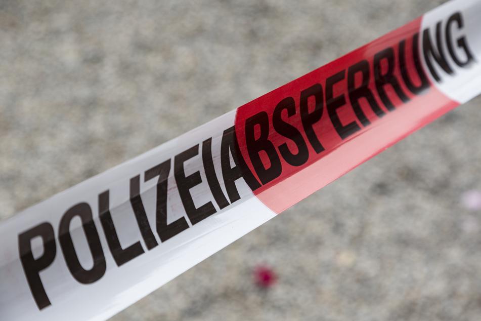 Bei Tiefbauarbeiten wurde in Plauen am Montag ein verdächtiger Gegenstand gefunden. Die Polizei sperrte den betroffenen Bereich ab (Symbolbild).