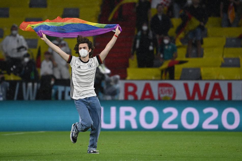 Der Mann rannte während der ungarischen Hymne auf das Spielfeld.