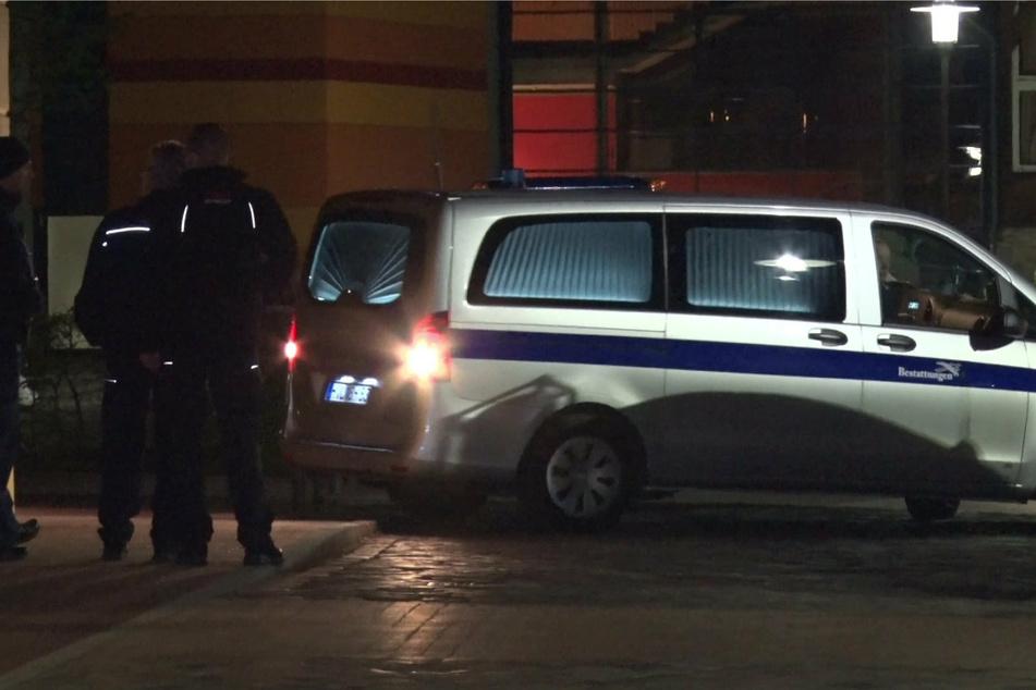 Ein Leichenwagen fährt in der Nacht auf dem Gelände der Oberlinklinik.