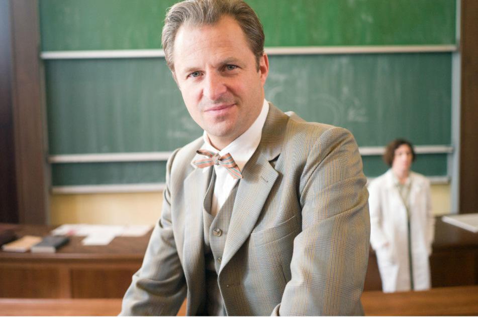 """Philipp Hochmair als österreichisch-deutscher Gerichtsmediziner Otto Prokop (1921-2009) sitzt bei den Drehabreiten zur dritten Staffel der ARD-Serie """"Charité"""" in einem Hörsaal der Universität für Chemie und Technologie."""
