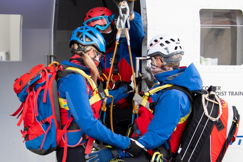 Mitglieder der Bergwacht demonstrieren im Ausbildungszentrum der Bergwacht eine Rettungssituation mit einem Hubschraubersimulator.