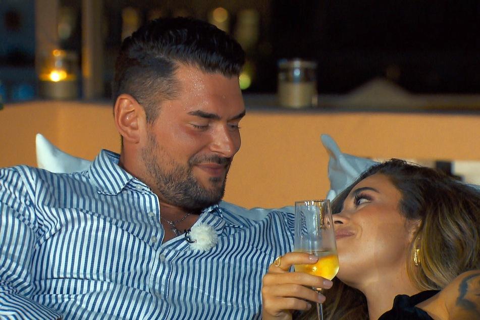 """Melissa Damilia (25) und Ioannis Amanatidis (30) küssen sich in der fünften """"Bachelorette""""-Folge erstmals."""