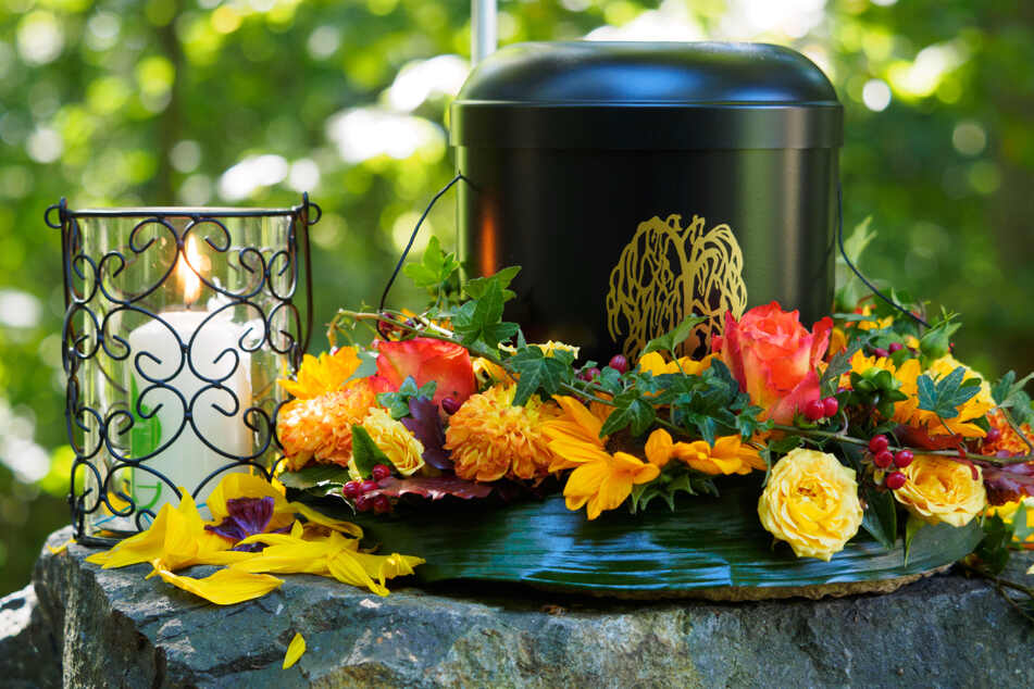In Baden-Württemberg können weiterhin bis zu 100 Trauernde an einer religiösen Bestattung teilnehmen. (Symbolbild)