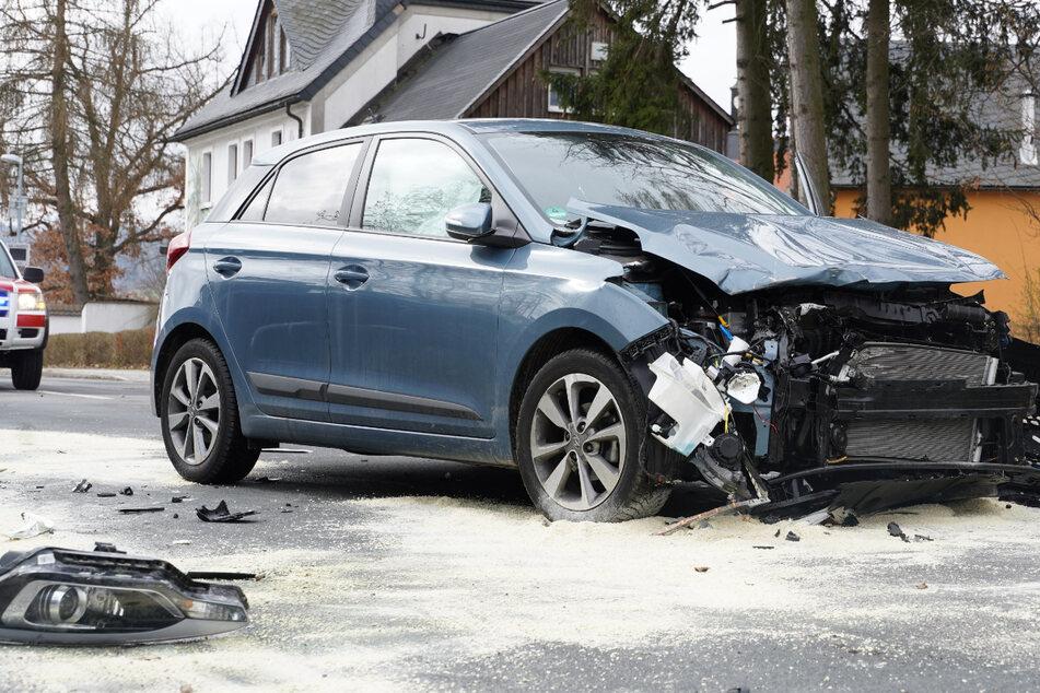 Zwei Hyundai stoßen zusammen: Zwei Menschen schwer verletzt