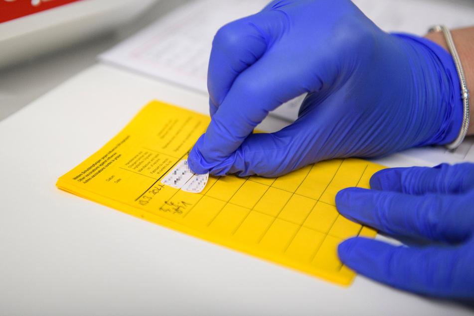 Inzwischen haben mehr als 100.000 Menschen einen Nachweis über die Corona-Impfung im Impfpass.