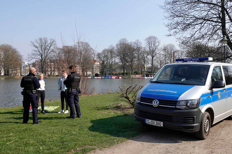 Polizeiarbeit: Sonnen mit Decke ist am Chemnitzer Schloßteich in Zeiten von Corona tabu. Künftig sollen Mitarbeiter der städtischen Ordnungsbehörde viele Polizeiaufgaben mehr übernehmen.