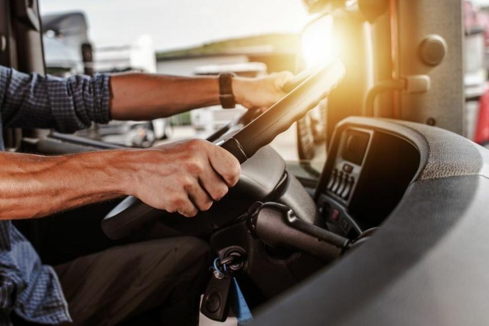 Ein Lkw-Fahrer ist auf der A71 von der Sonne geblendet worden und krachte dadurch in einen vorausfahrenden Sattelzug. (Symbolbild)