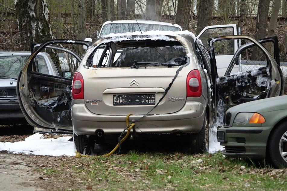 Chemnitz: Chemnitz: Parkender Citroen brennt vollständig aus
