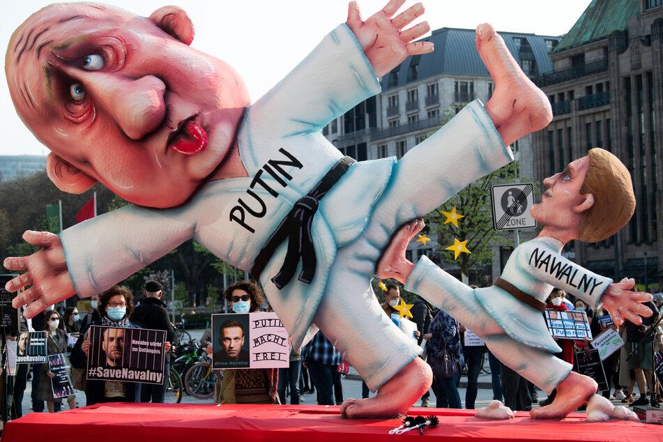 """Demonstration in Düsseldorf: Kreml-Kritiker Nawalny """"kickt"""" Putin in den Schritt"""