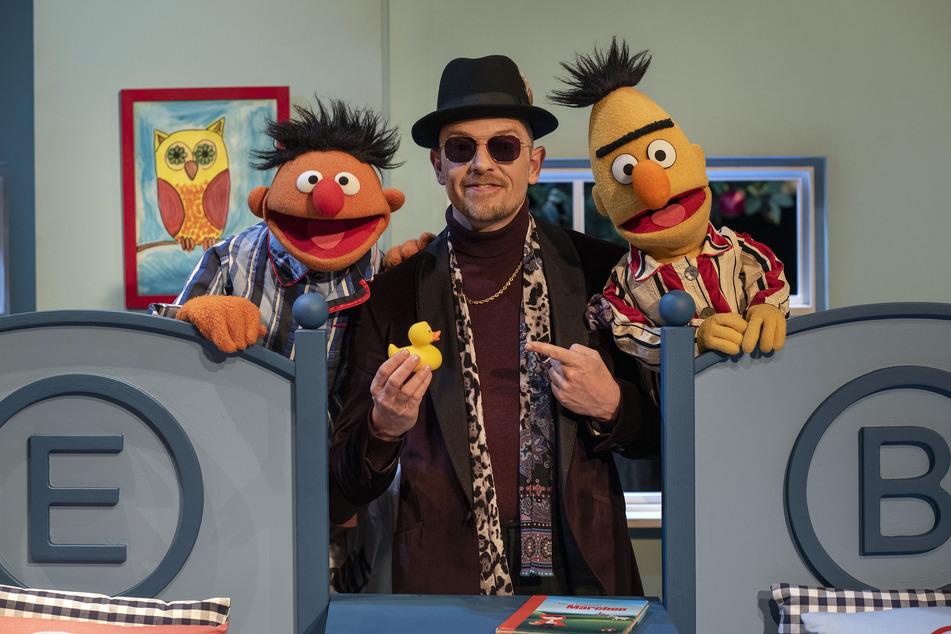 """Coole Kombi: Jan Delay (45) hat mit Ernie und Bert von der """"Sesamstraße"""" ein Musikvideo zu seinem Song """"Eule"""" aufgenommen."""