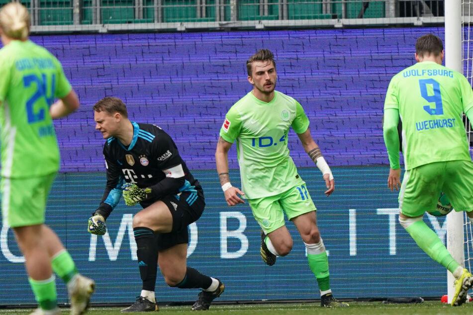 Wolfsburgs Stürmer Maximilian Philipp (2.v.r) nach seinem Treffer zum 2:3.