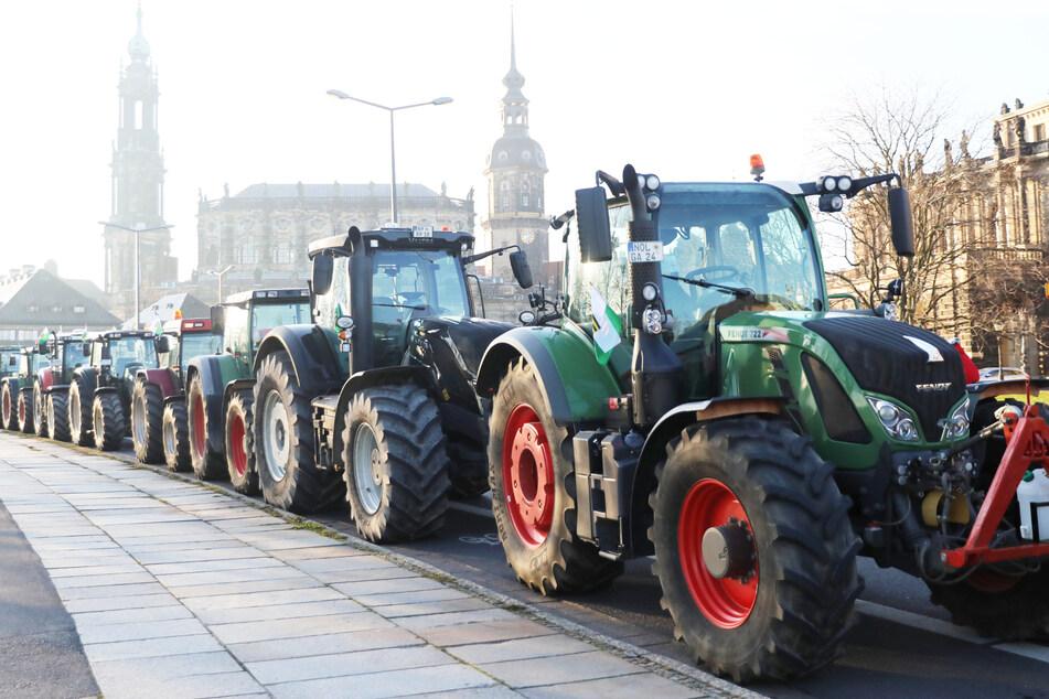Mit ihren Treckern blockierten die Bauern Straßen und Zufahrten.