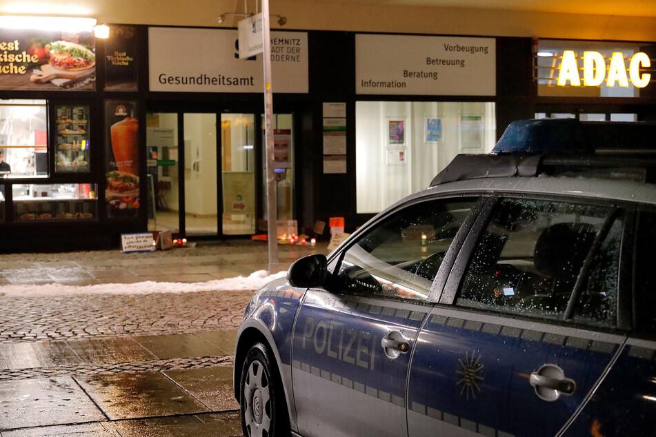 Impfgegner legten am Dienstagabend mehrere Kerzen und Plakate vor dem Chemnitzer Gesundheitsamt ab. Die Polizei überwachte die Aktion.
