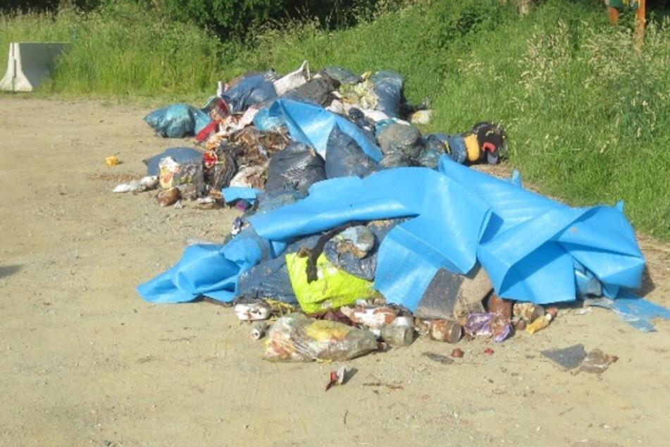 Im Reichenbacher Ortsteil Schneidenbach wurde säckeweise Müll abgeladen.