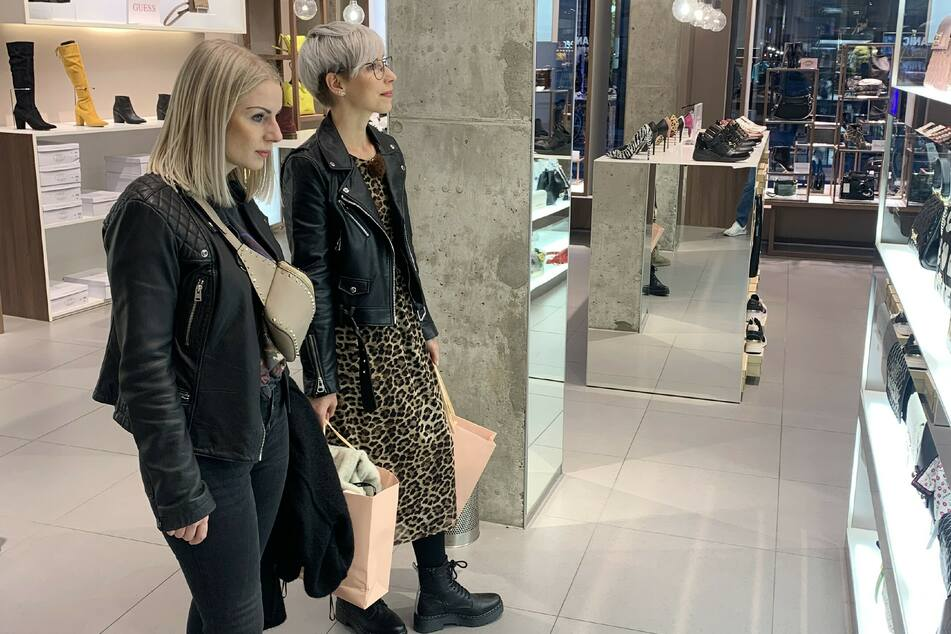 Kandidatin Saskia (31) mit Shopping-Begleitung Julia (29).