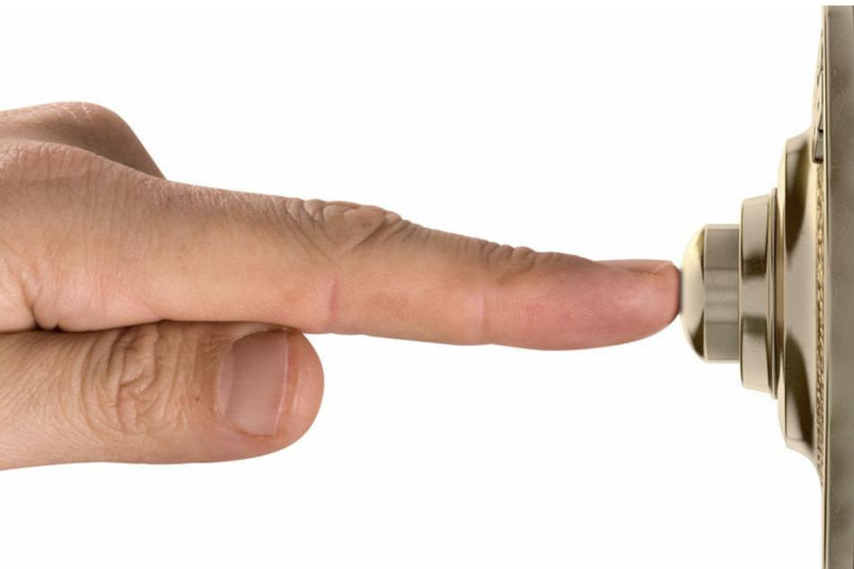 Die Räuber klingelten an der Wohnungstür und der Rentner öffnete. (Symbolbild)