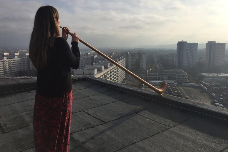 """Alphornistin Anna Katharina Schumann bei einer Probe für das Konzert """"Himmel über Prohlis""""."""