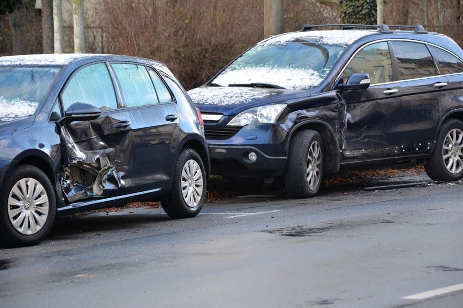 Eine Frau krachte in der Nacht von Montag auf Dienstag in zwei Autos am Straßenrand.