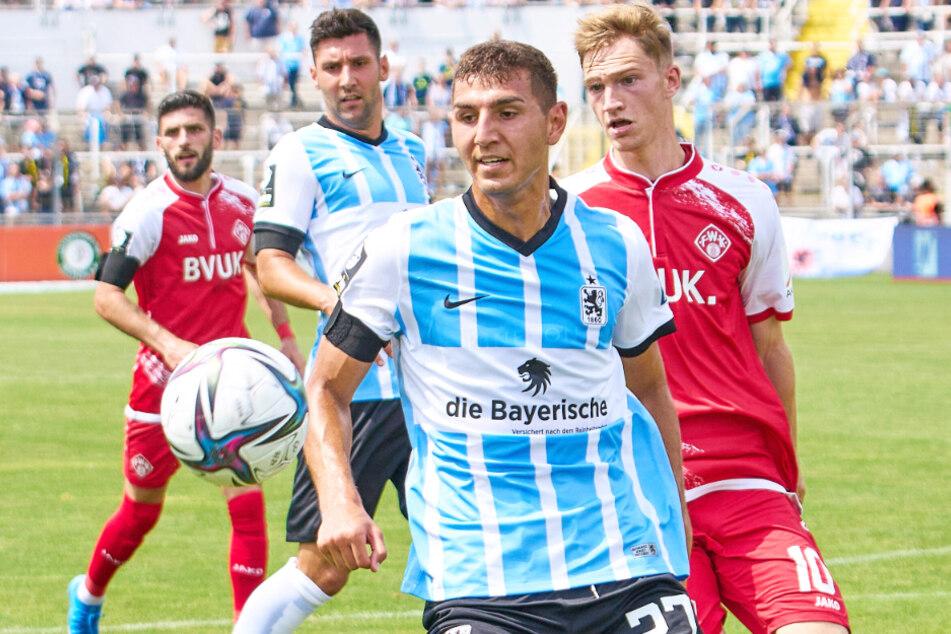 Für Semi Belkahia (22, vorn) war beim 1:0-Sieg gegen die Würzburger Kickers in der 3. Liga bereits vor der Pause verletzungsbedingt Schluss.