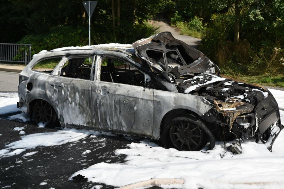 Erzgebirge: Ford fackelt ab, Straße voll gesperrt